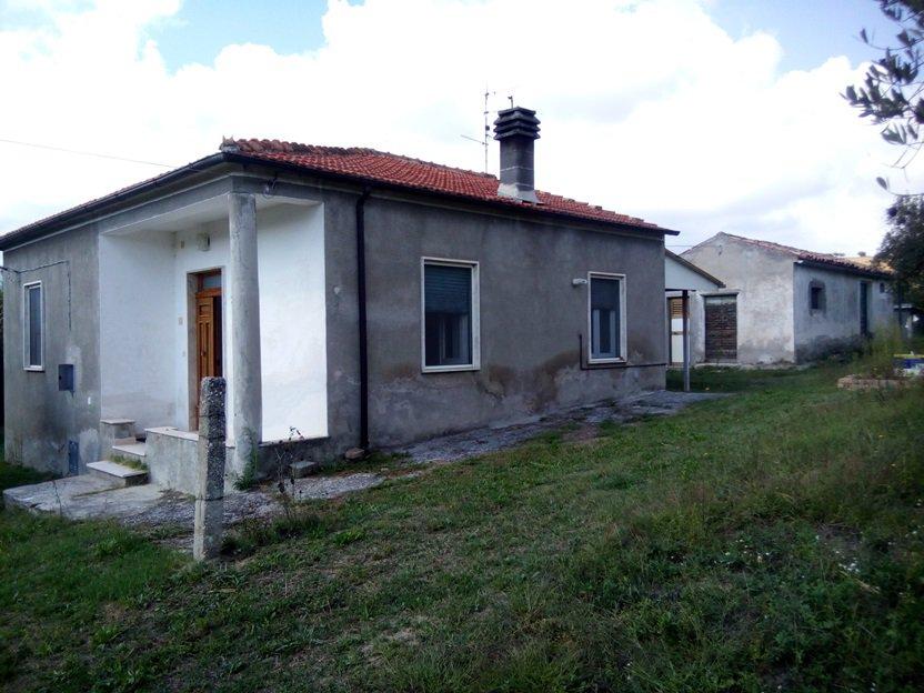 Farmhouse på 110 kvm med 5500 kvm mark. 2 sovrum och 2 badrum. 30 min till havet och 30 min till skidåkning.
