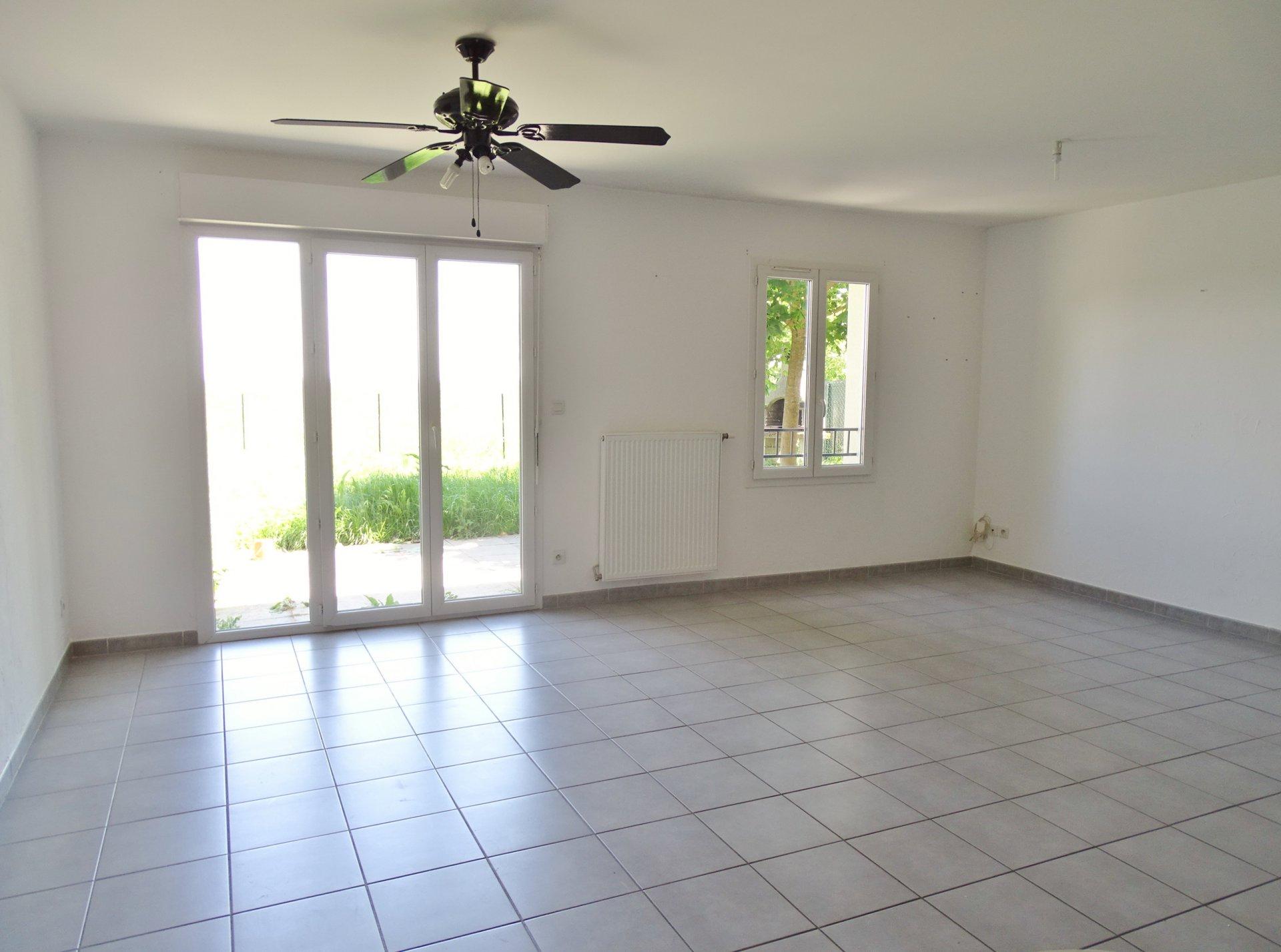 Située sur Sennecé, cette maison construite en 2011 se compose d'une entrée desservant la cuisine équipée et un agréable séjour très lumineux de 34 m² donnant directement sur la terrasse et son petit jardin. L'étage offre 3 chambres (12, 10,2 et 13 m²), une salle de bains et une salle de douche. Garage de 24 m². Parfaitement entretenue et bien isolée cette maison est garantie jusqu'en 2021. Chauffage au gaz. Visitez à 360° cette maison sur notre site internet. Honoraires à la charges des vendeurs.