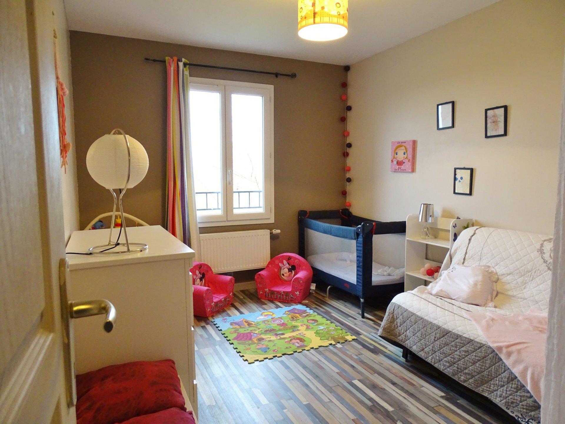 Située sur Sennecé, cette maison construite en 2011 se compose d'une entrée desservant la cuisine équipée et un agréable séjour très lumineux de 34 m² donnant directement sur la terrasse et son petit jardin. L'étage offre 3 chambres (12, 10,2 et 13 m²), une salle de bains et une salle de douche. Garage de 24 m². Parfaitement entretenue et bien isolée cette maison est garantie jusqu'en 2021. Chauffage au gaz. Honoraires à la charges des vendeurs.