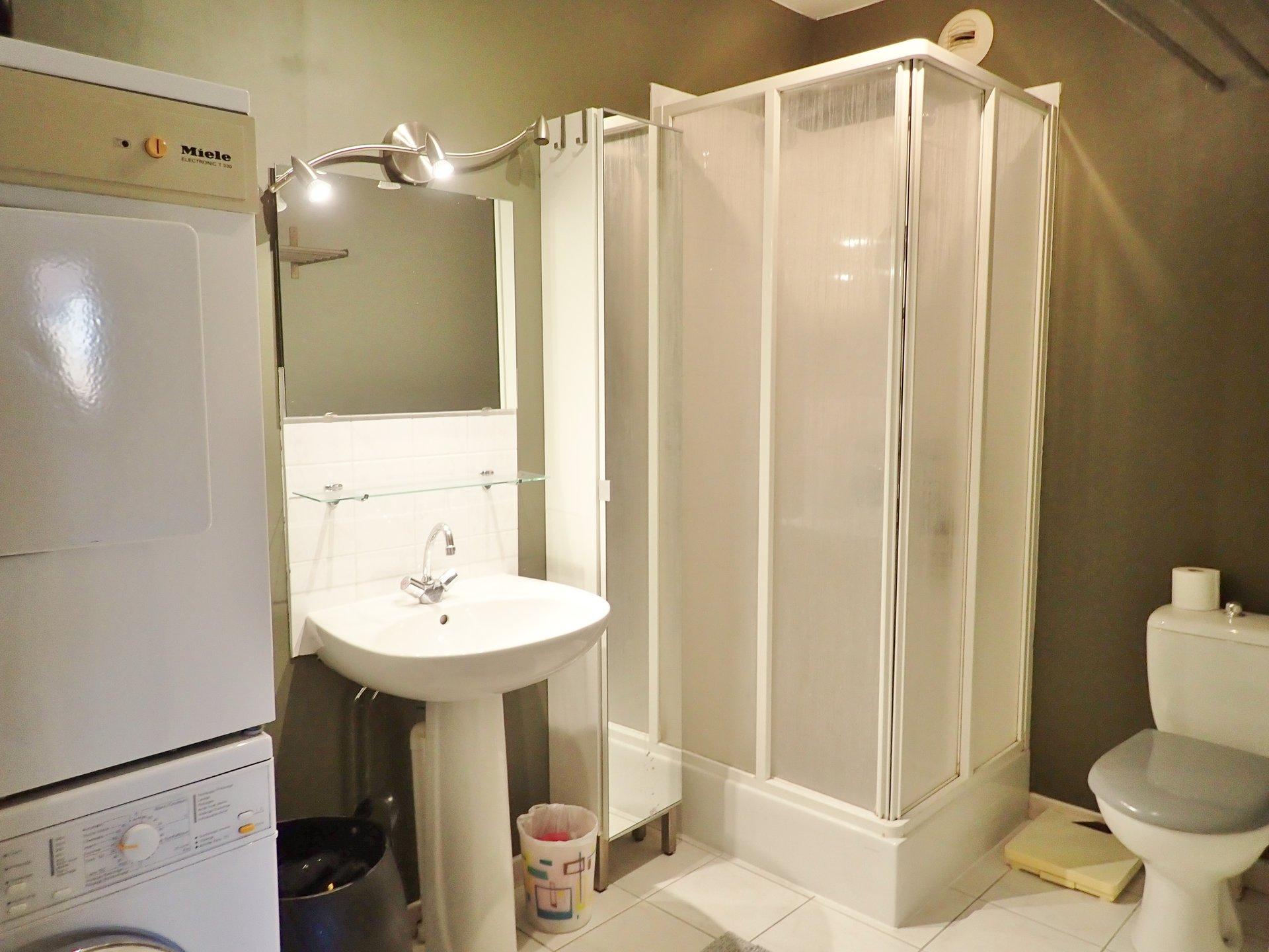 Situé à Charnay les Macon cet appartement de 133 m² jouit d'un vaste séjour à la triple exposition et donnant sur une très belle terrasse de 25 m² parfaitement exposée. La cuisine est équipée et entièrement refaite. L'espace nuit se compose d'une grande chambre avec son dressing desservant une salle de douche et de 2 chambres ainsi qu'une salle de bains. Appartement vendu avec cave, place de parking et garage. Chauffage individuel au gaz à condensation. Cet appartement aux prestations rares et recherchées mérite d'être visité. Retrouvez plus de photos sur notre site. Copropriété de 13 lots. Charges courantes de 292 ?/ trimestre. Honoraires à la charge des vendeurs.