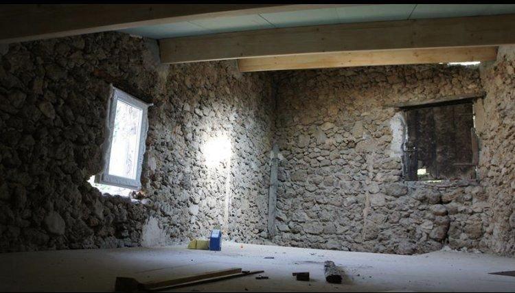 Maison en pierre avec terrasse partiellement rénovée