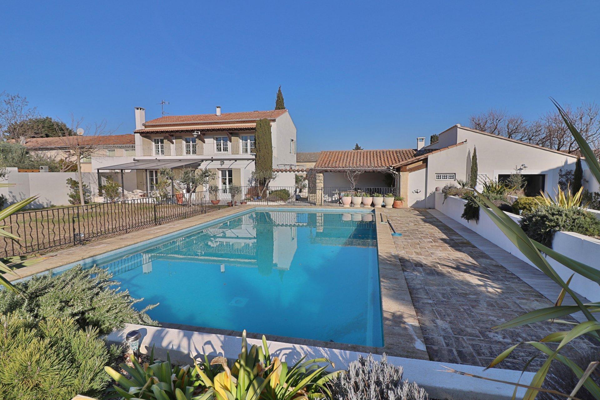 Exclusivité, Saint Rémy de Provence, belle vue Alpilles proche centre ville,  belle MAISON rénovée et lumineuse.
