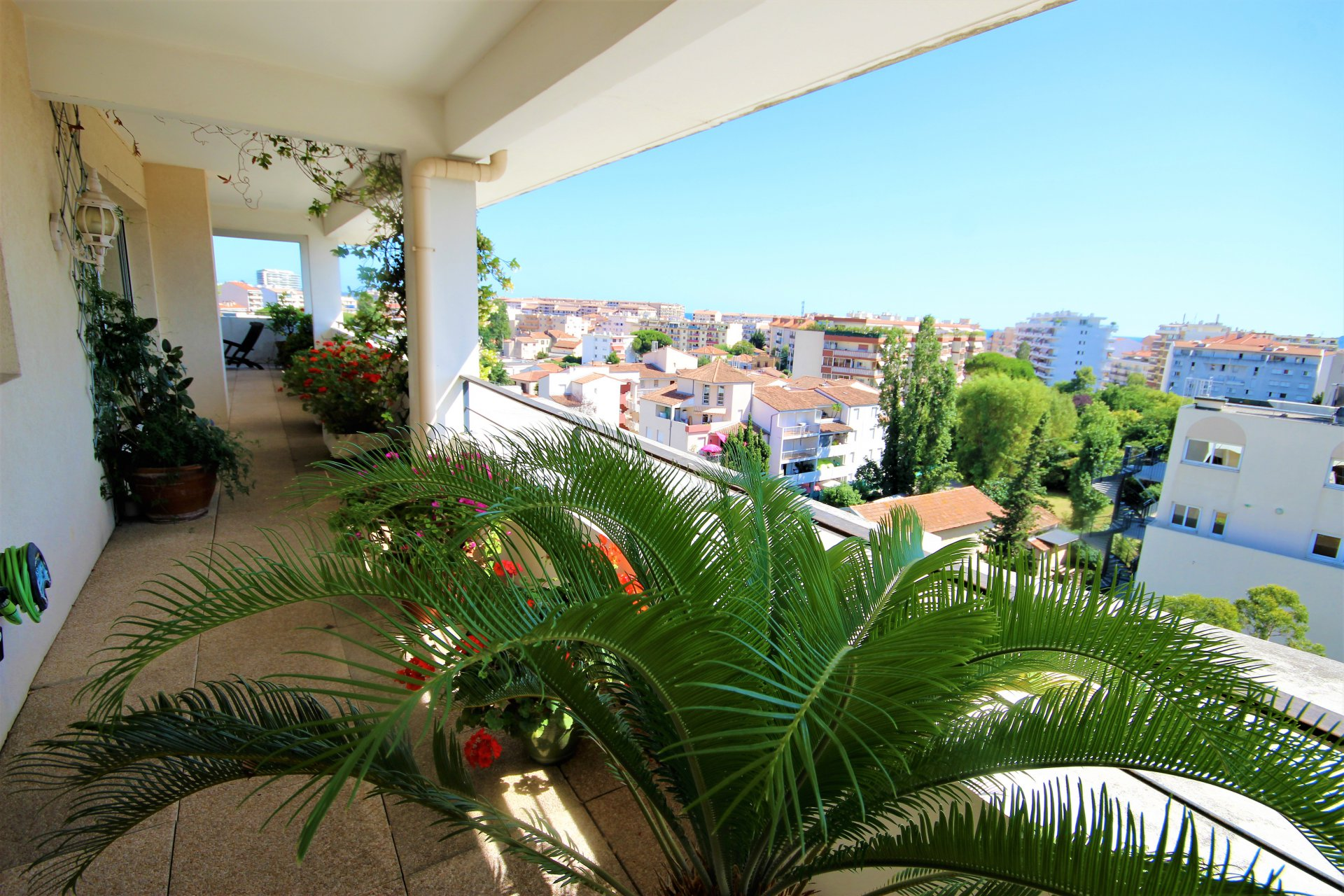 CANNES OUEST  SALE 5 ROOMS DUPLEX IN LAST LARGE TERRACE WITH JACUZZI