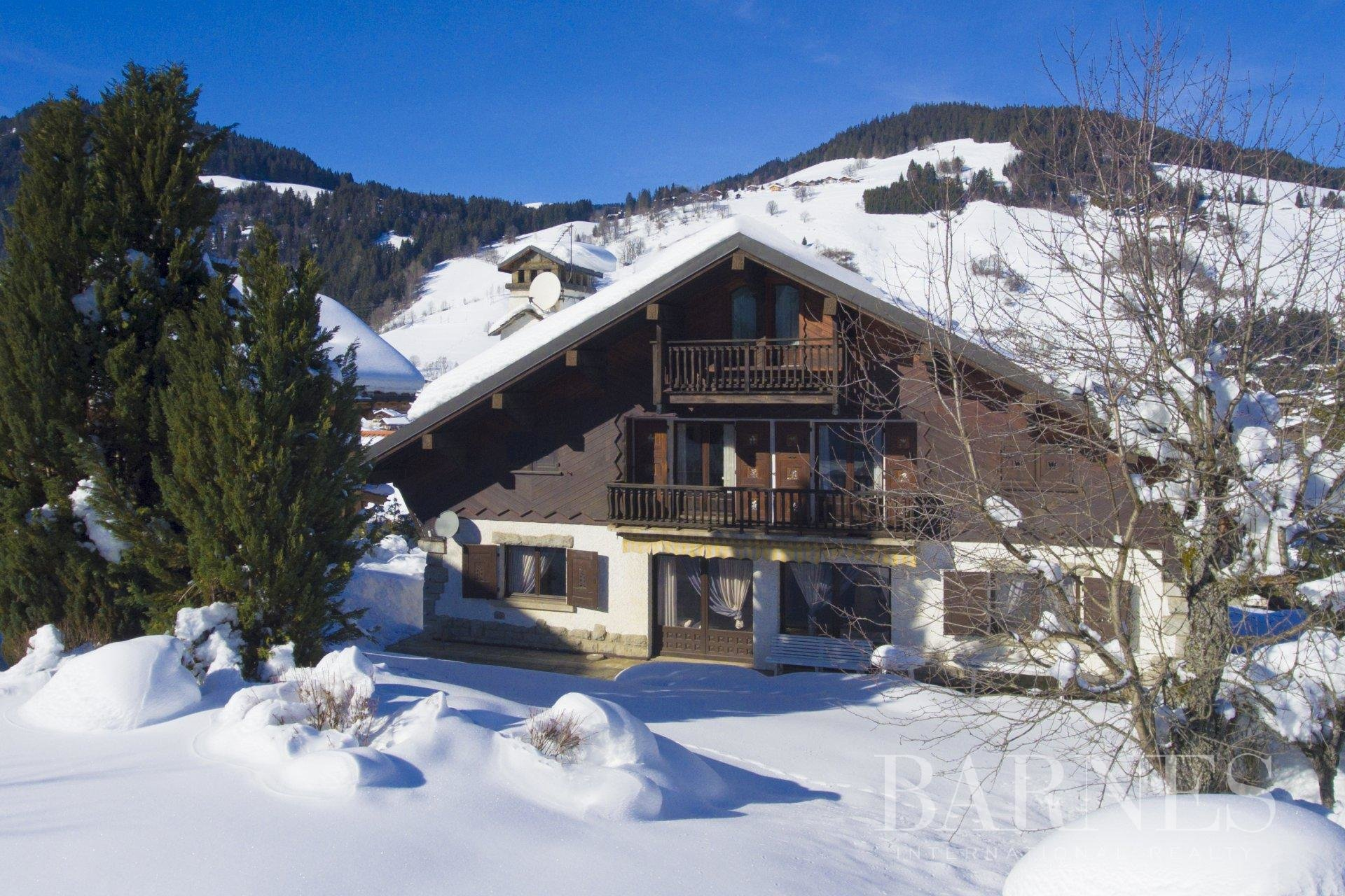 Chalet to renovate, sitting on 664 square meters of buildable land. Chalet in Megeve