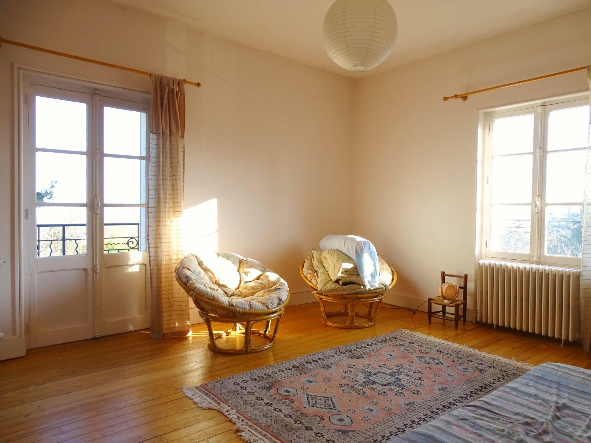 Mâcon, tout proche des commerces et commodités venez découvrir cette belle maison bourgeoise offrant une surface habitable de 259 m². Elle dispose d'une vaste pièce de vie de 54m², une lumineuse cuisine meublée, une salle de bains, une salle d'eau, 6 grandes chambres, un dressing et un toilette. Le rez de chaussée vous permettra d'aménager les différents espaces au gré de vos envies. Vous serez séduits par ses beaux volumes et son potentiel. De belles prestations sont à noter: Chaudière gaz à condensation neuve, huisseries double vitrage, portail électrique...Le tout est implanté sur un terrain clos de 1000 m² environ. Honoraires à la charge du vendeur.