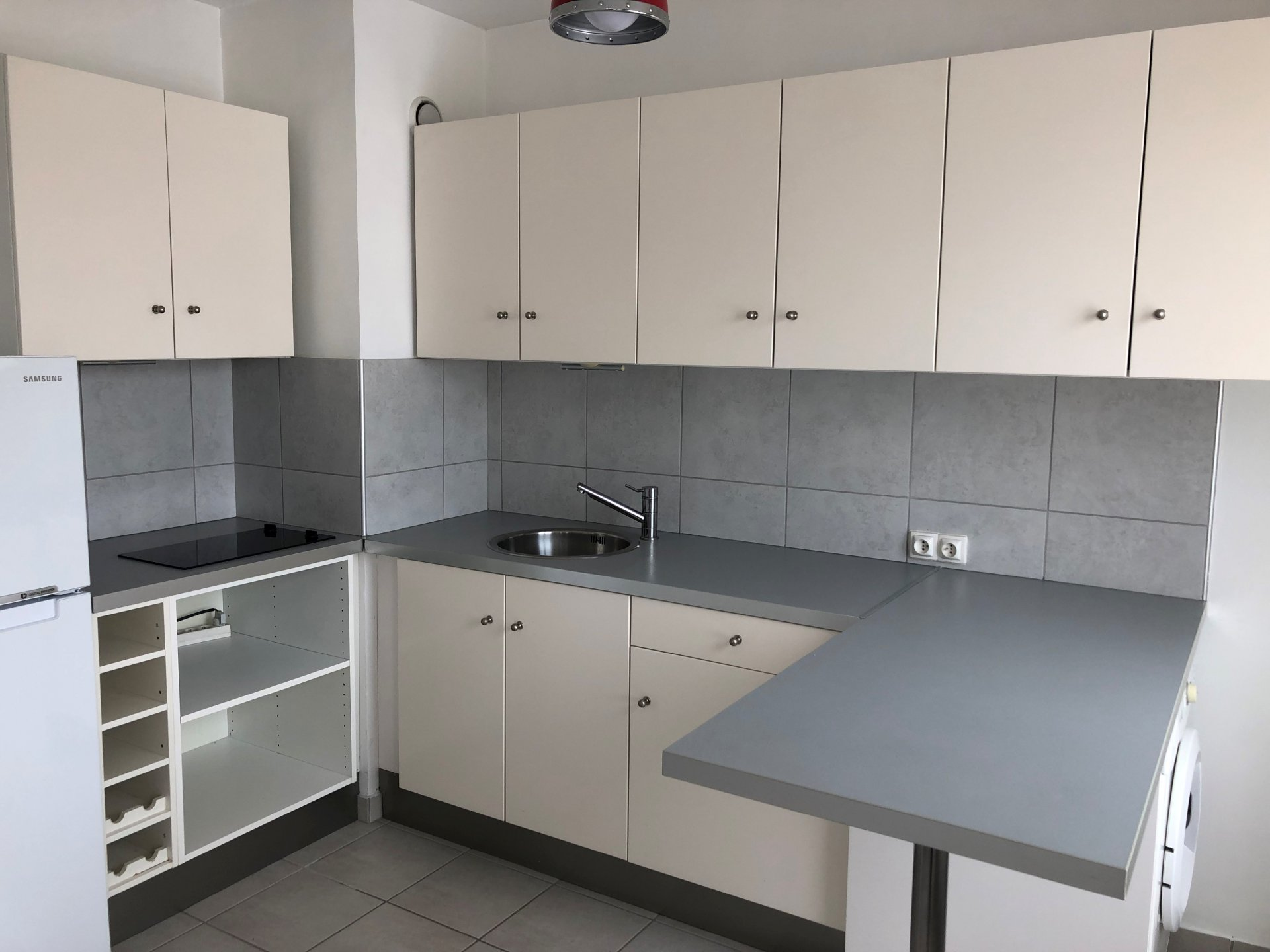 SAINT-ETIENNE  BELLEVUE - T1 avec cuisine équipée - immeuble sécurisé