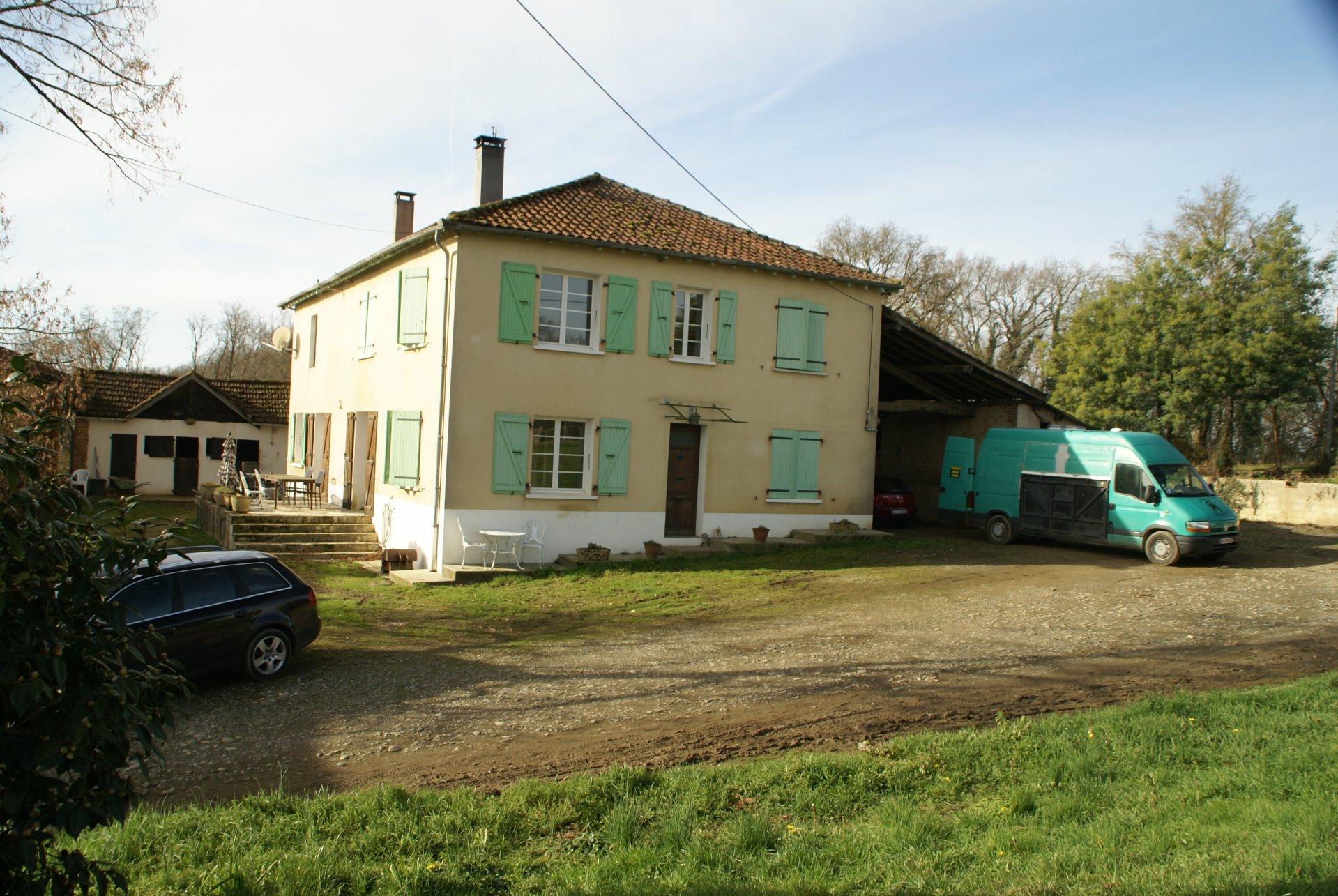 Maison avec dépendances sur 2,5 ha de terrain dans les Hautes Pyrénées.