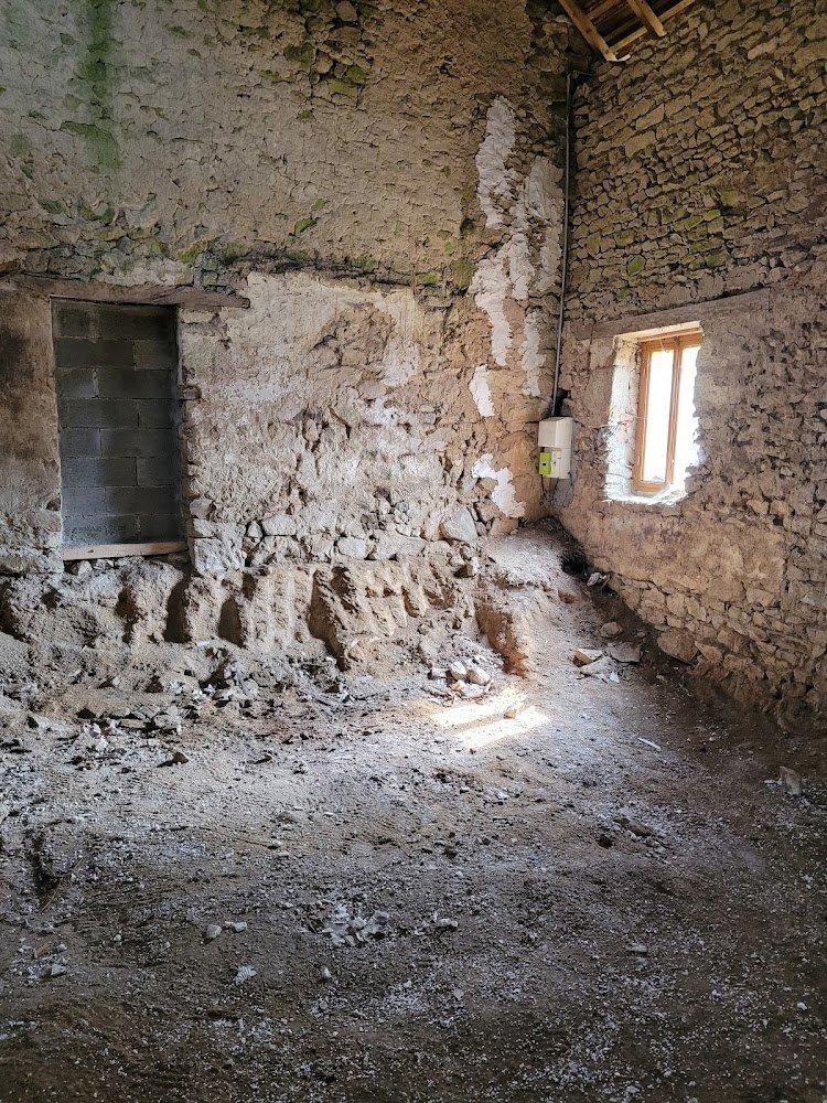 A vendre dans la Creuse, maison en pierre avec grange et terrain.