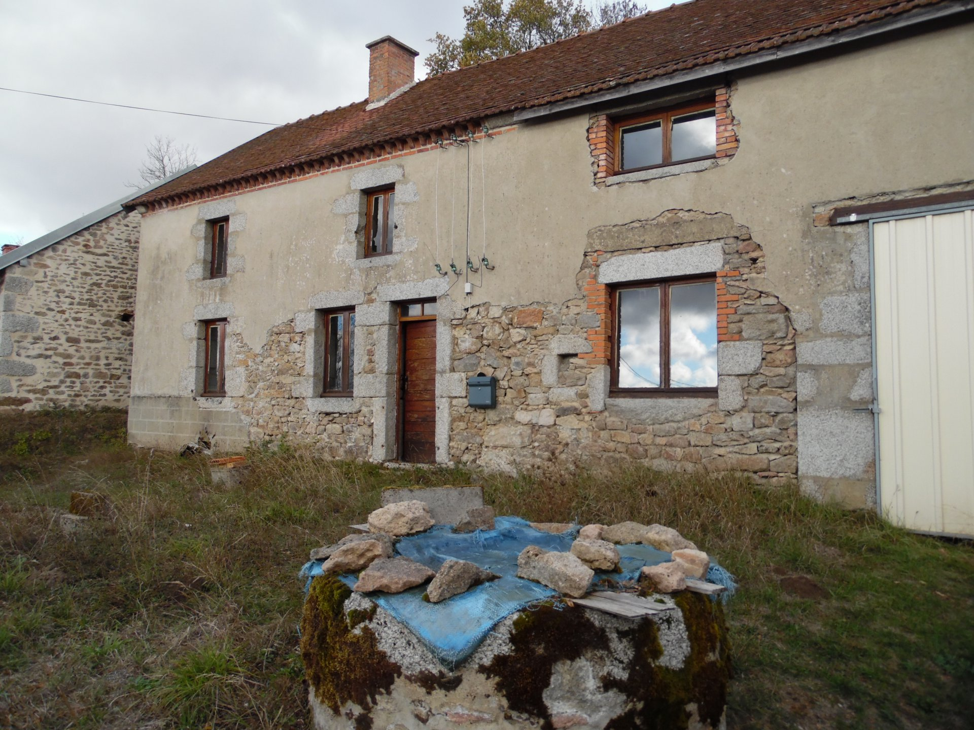For sale in the Creuse, stone house with barn and land.
