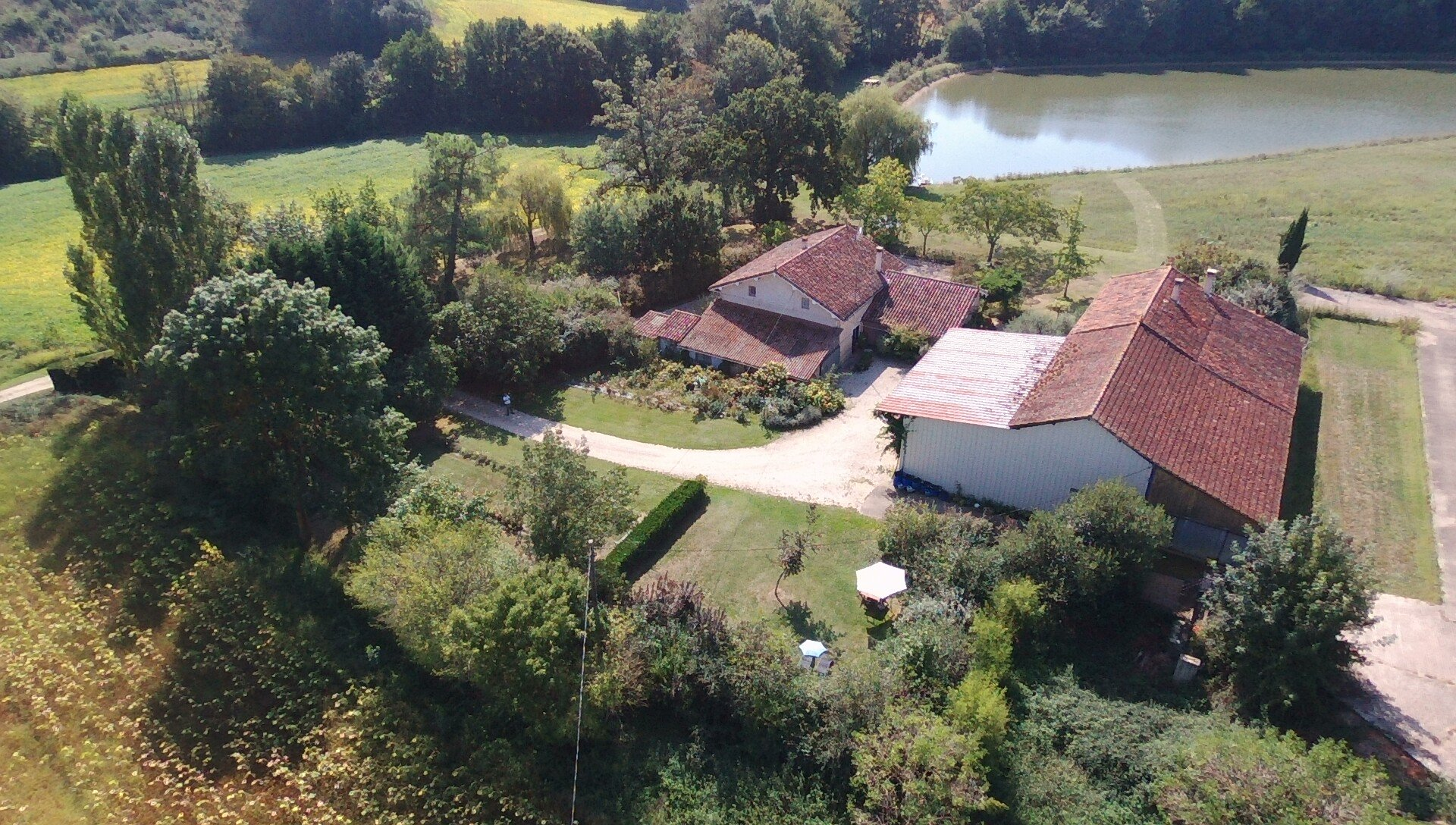 Prachtig gelegen boerderij met gites en mogelijkheden, op 6ha met eigen meer! Gers (Midi-Pyreneeën)