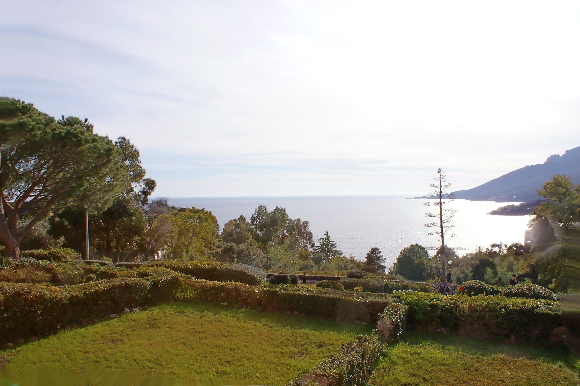 2 bedrooms semi-detached villa with fine sea view and garden