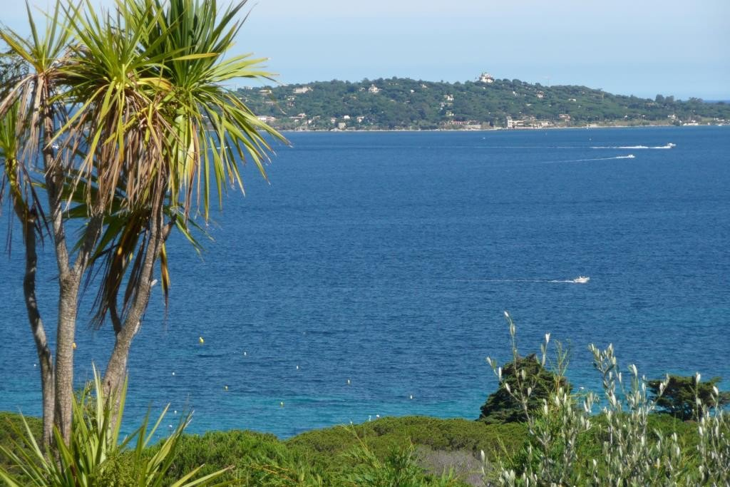 For sale beautiful villa with 6 bedrooms in Sainte Maxime, La Croisette with breath taking sea view ...