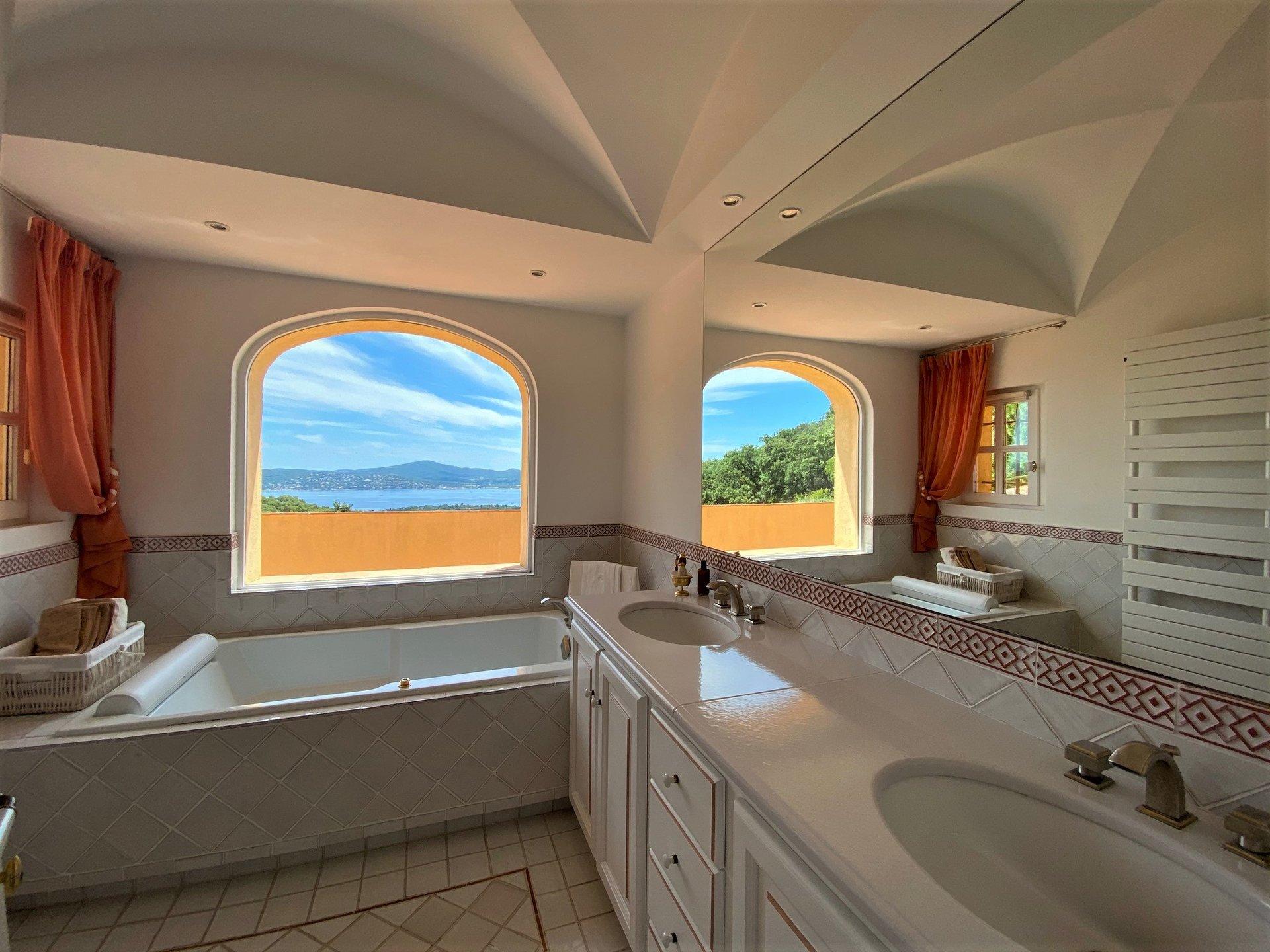 A vendre superbe villa provençale avec magnifique vue mer à Grimaud, Bartolle Beauvallon. Située au ...