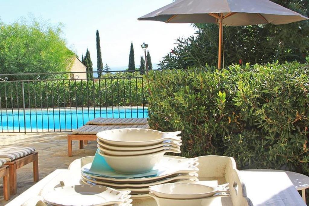 Te koop mooie villa met prachtig zeezicht, het huis is rustig gelegen op de heuvels van Les Issambres ...