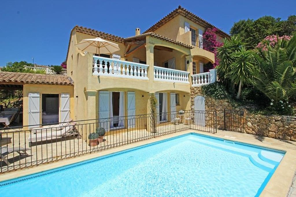 For sale beautiful villa with sea view in Les Issambres, situated in a quiet area at the end of a cul ...