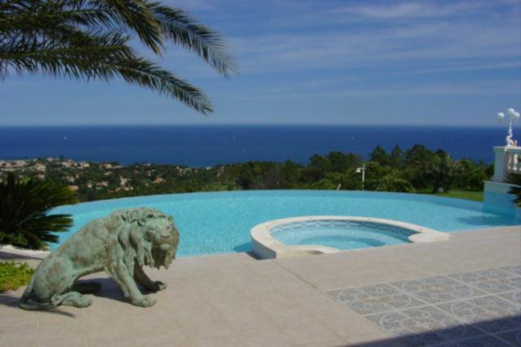 Luxurious property for sale in Les Issambres. This sumptuous property of 800m² offers a panoramic sea ...