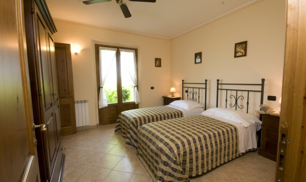 ITALY, TUSCANY, SAN GIMIGNANO, APARTMENT WITH POOL FOR 8 PERSONS