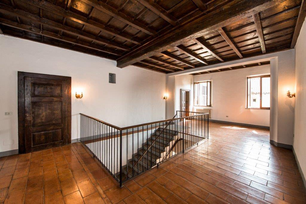 Prestigious property for sale near Varese - ceiling with exposed beams