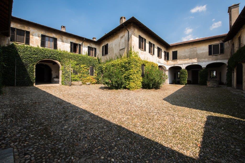 Prestigious property for sale near Varese - courtyard