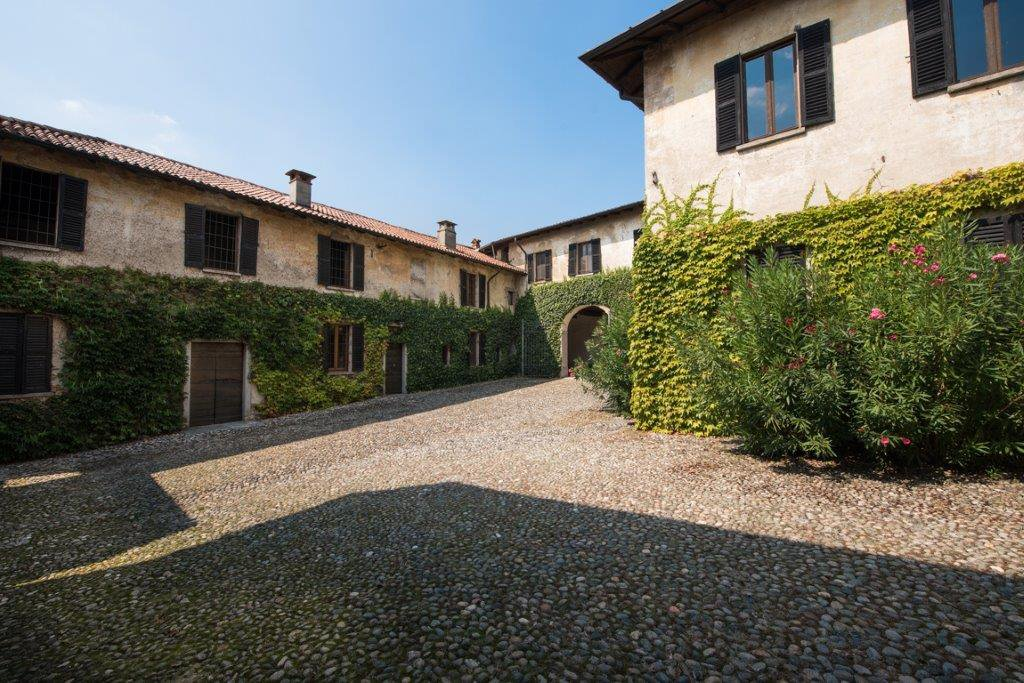 Prestigious property for sale near Varese - large courtyard