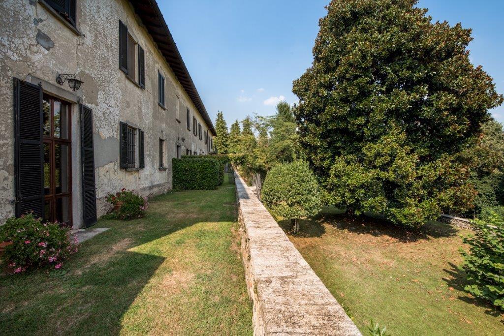 Prestigious property for sale near Varese - hamlet with garden