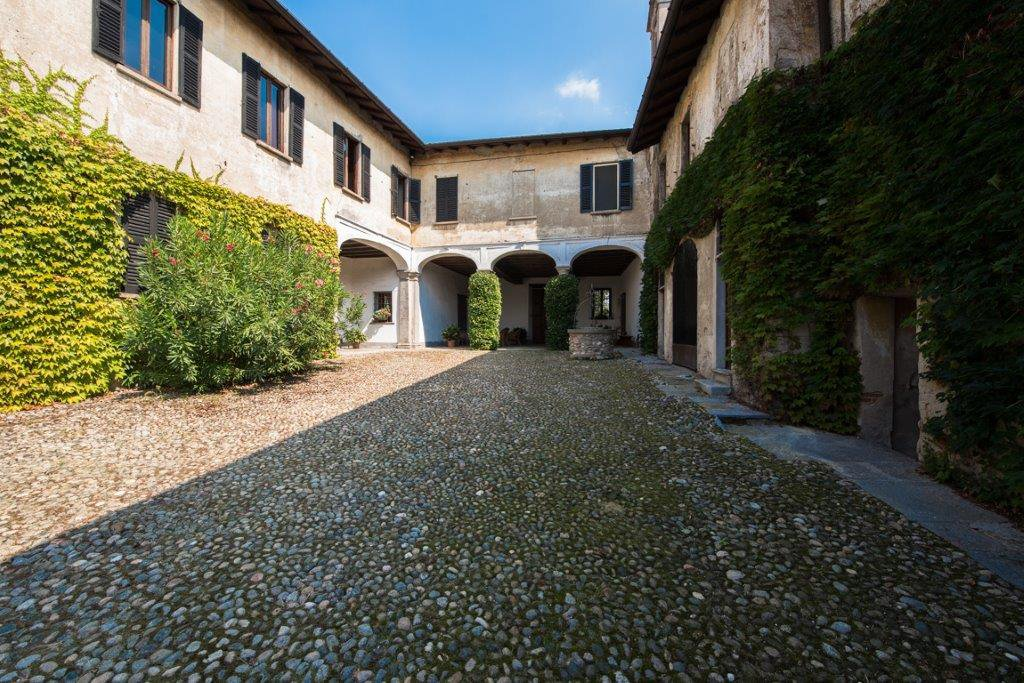 Prestigious property for sale near Varese - entrance