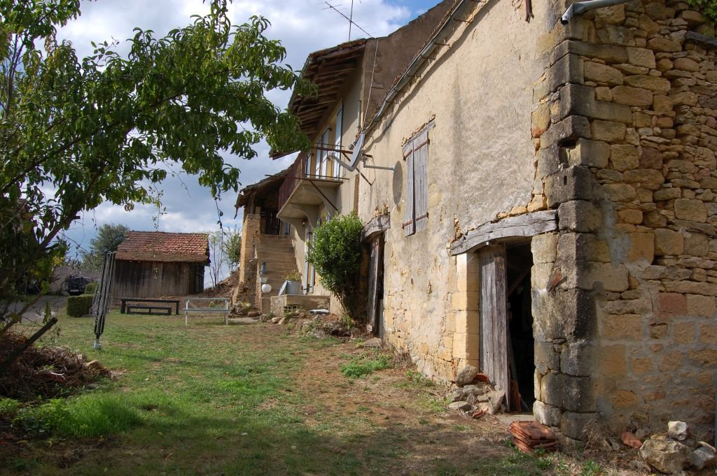DORDOGNE - In hamlet, very old country house to renovate