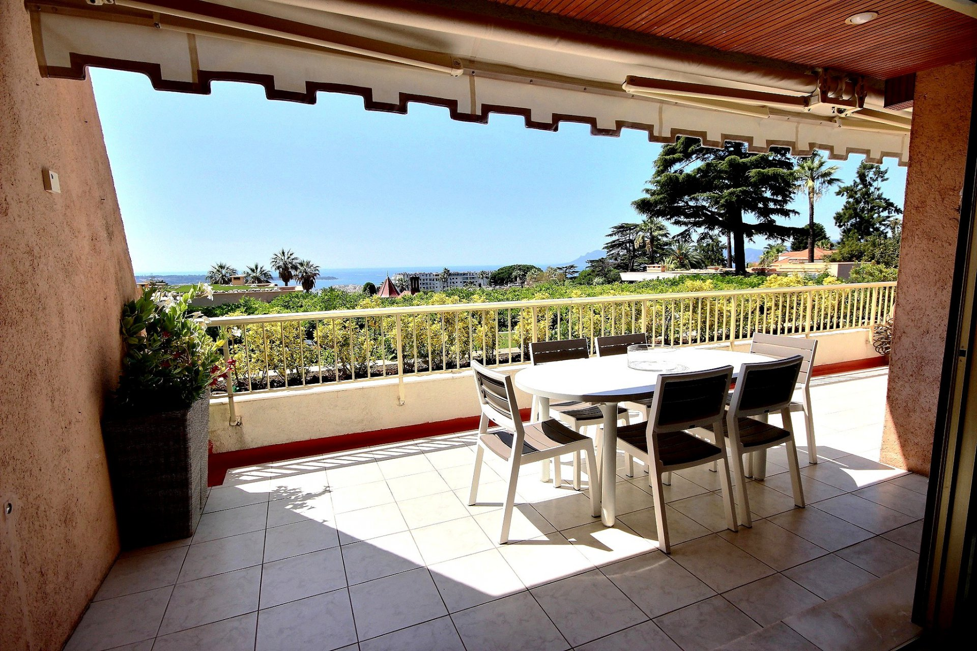 Sea view and large terrace in Cannes Californie