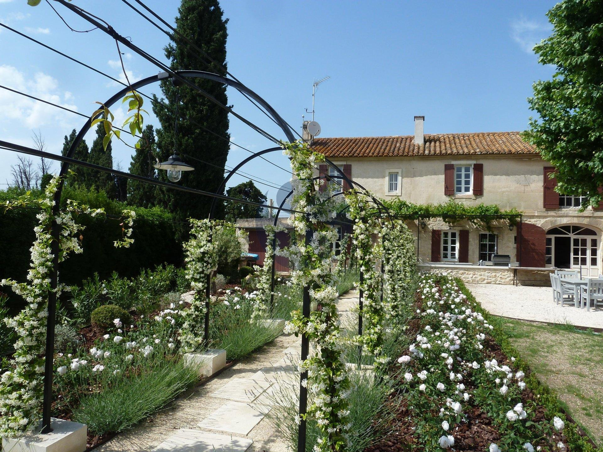 Provençal farmehouse in Fontvieille countryside