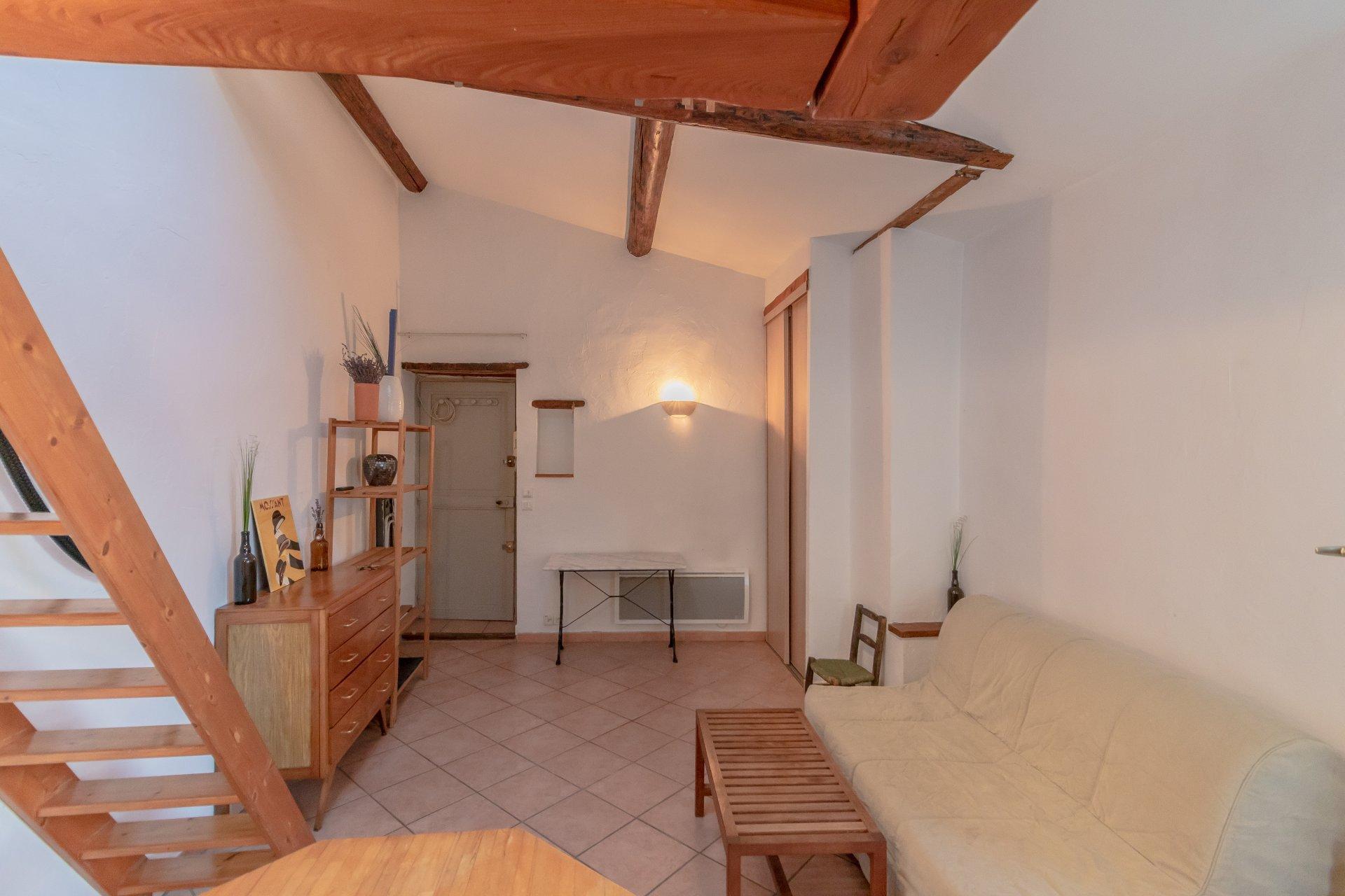 antibes vieille ville studio meublé avec mezannine