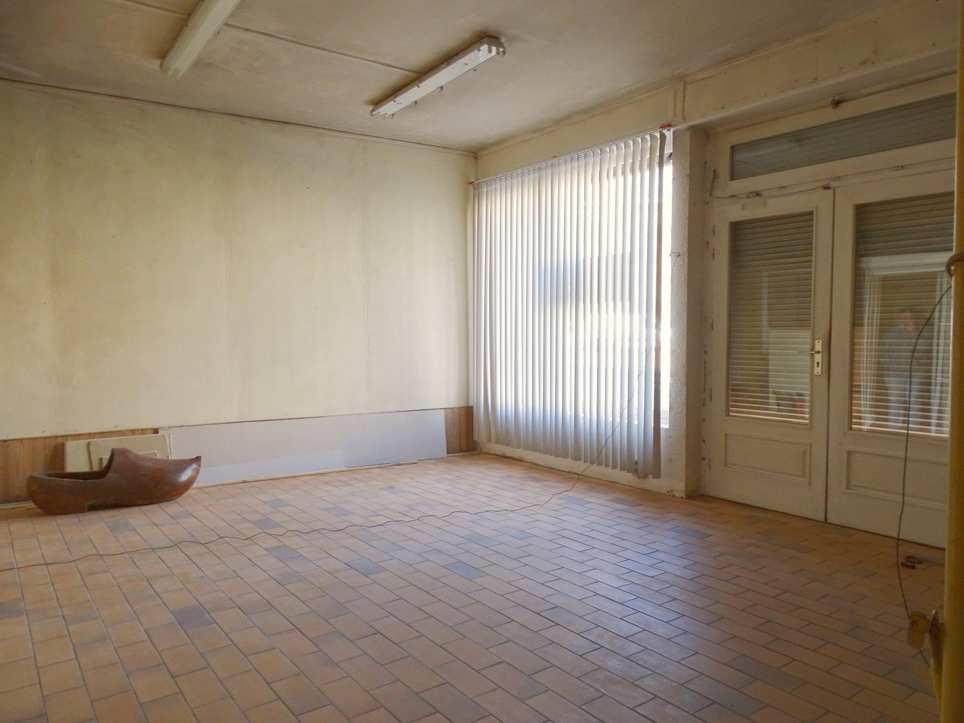 EXCLUSIVITE - Profitant d'un bon emplacement tout en étant proche des commodités et du centre ville de Mâcon, maison de ville à rénover avec local donnant sur la rue.  Elle dispose en rez de chaussée, d'un ancien magasin avec vitrine, d'une pièce de vie, d'une salle d'eau et d'une partie annexe à aménager donnant sur une cour intérieure d'environ 70 m² (possibilité de stationner ses véhicules). A l'étage, elle se compose de trois belles chambres, d'une salle de jeux mansardée et d'une salle de bain.  Travaux à prévoir afin de reconfigurer ce bien et le mettre en valeur mais très beau potentiel avec plusieurs projets possibles.