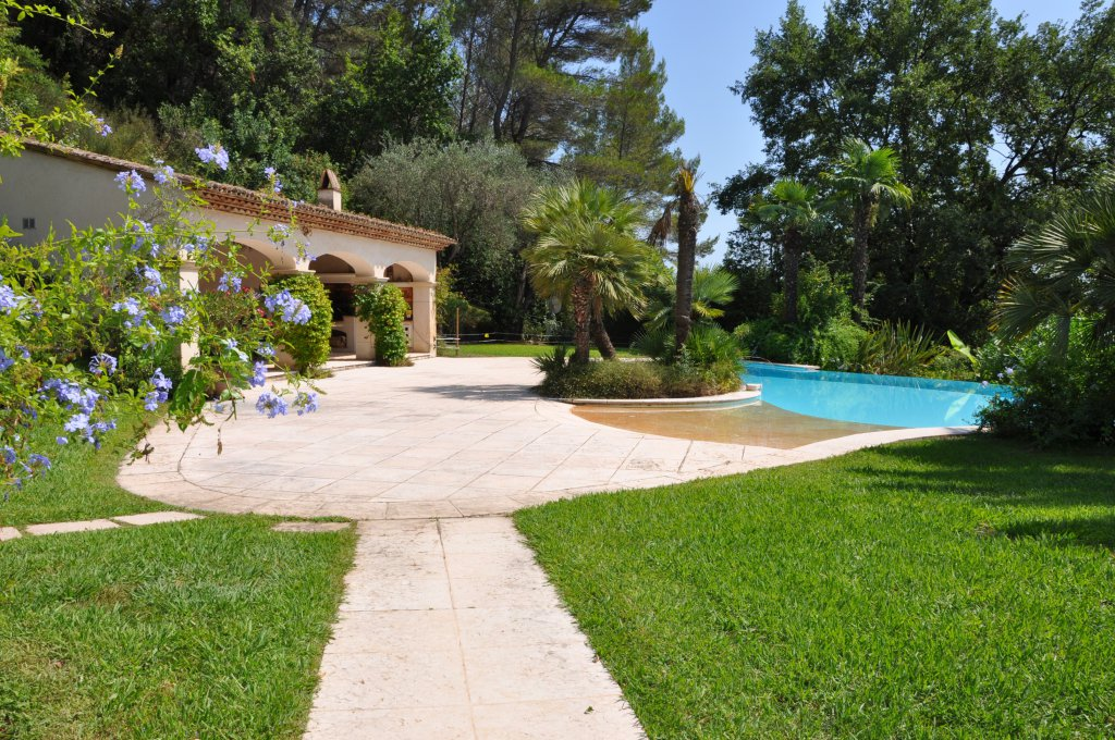 Splendid property with panoramic views in Plascassier