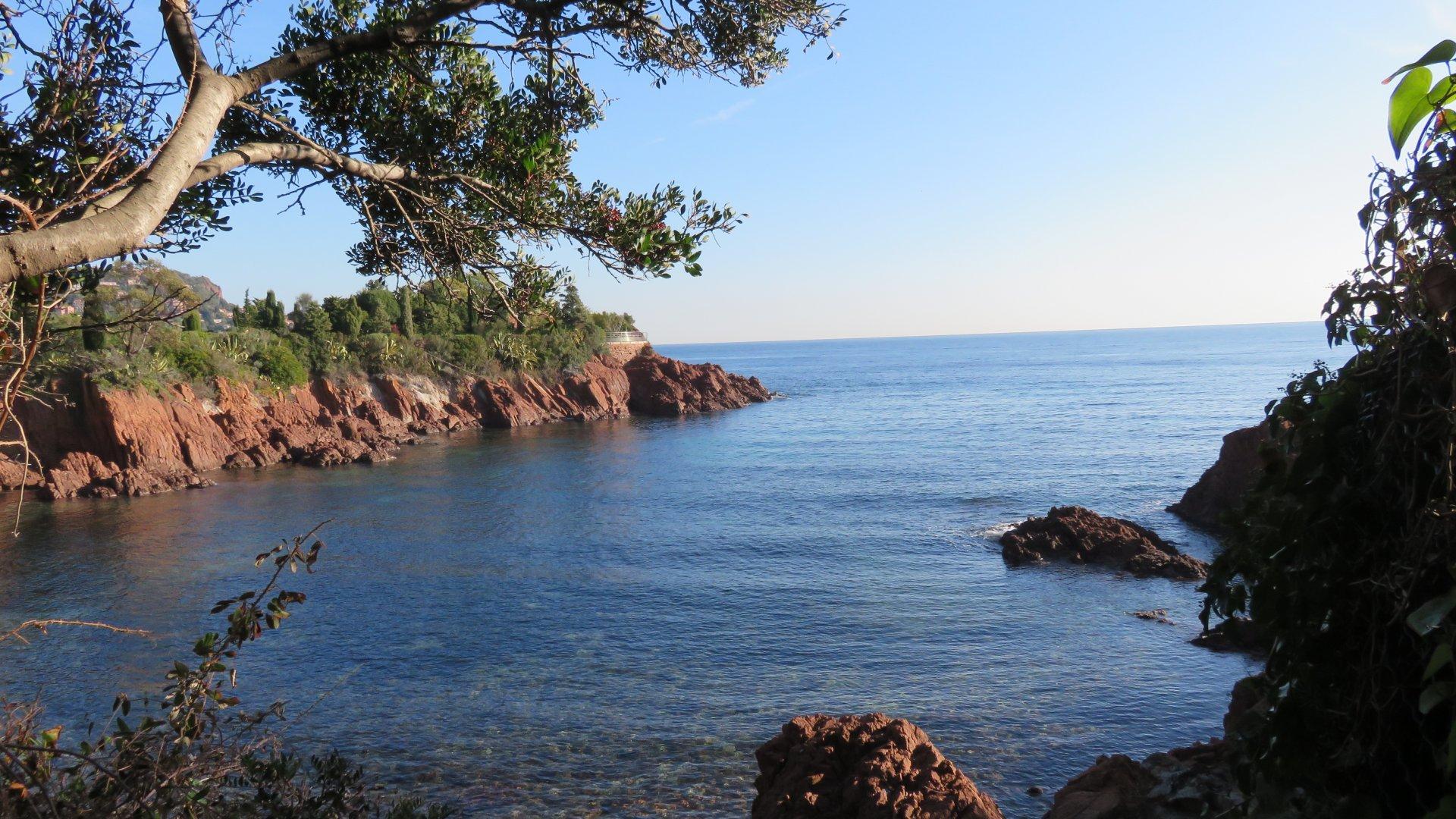 La plage se trouve à deux petites minutes à pieds et c'est le paradis !