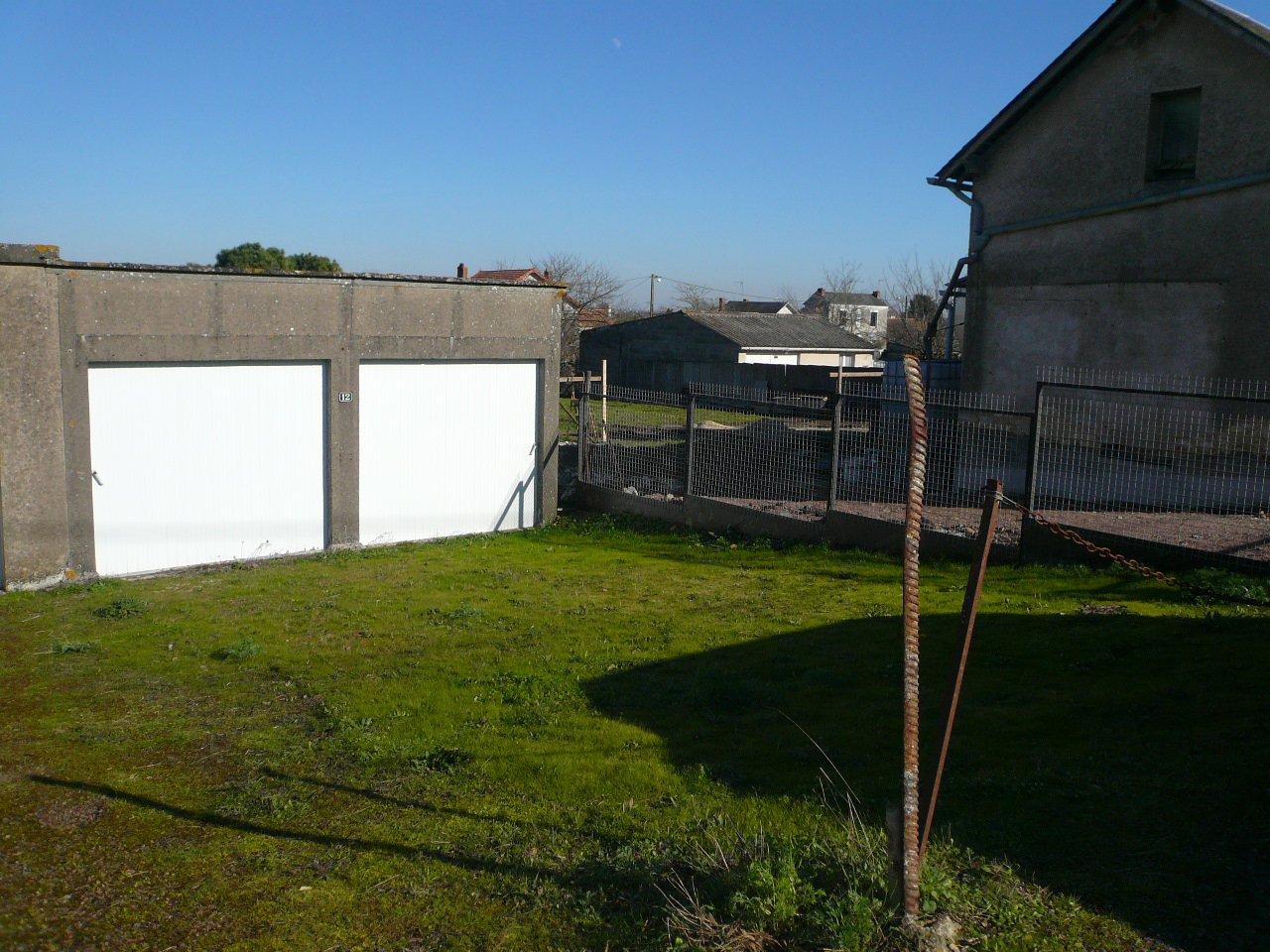 Garage 32 m² (env.) + jardin - Thouars