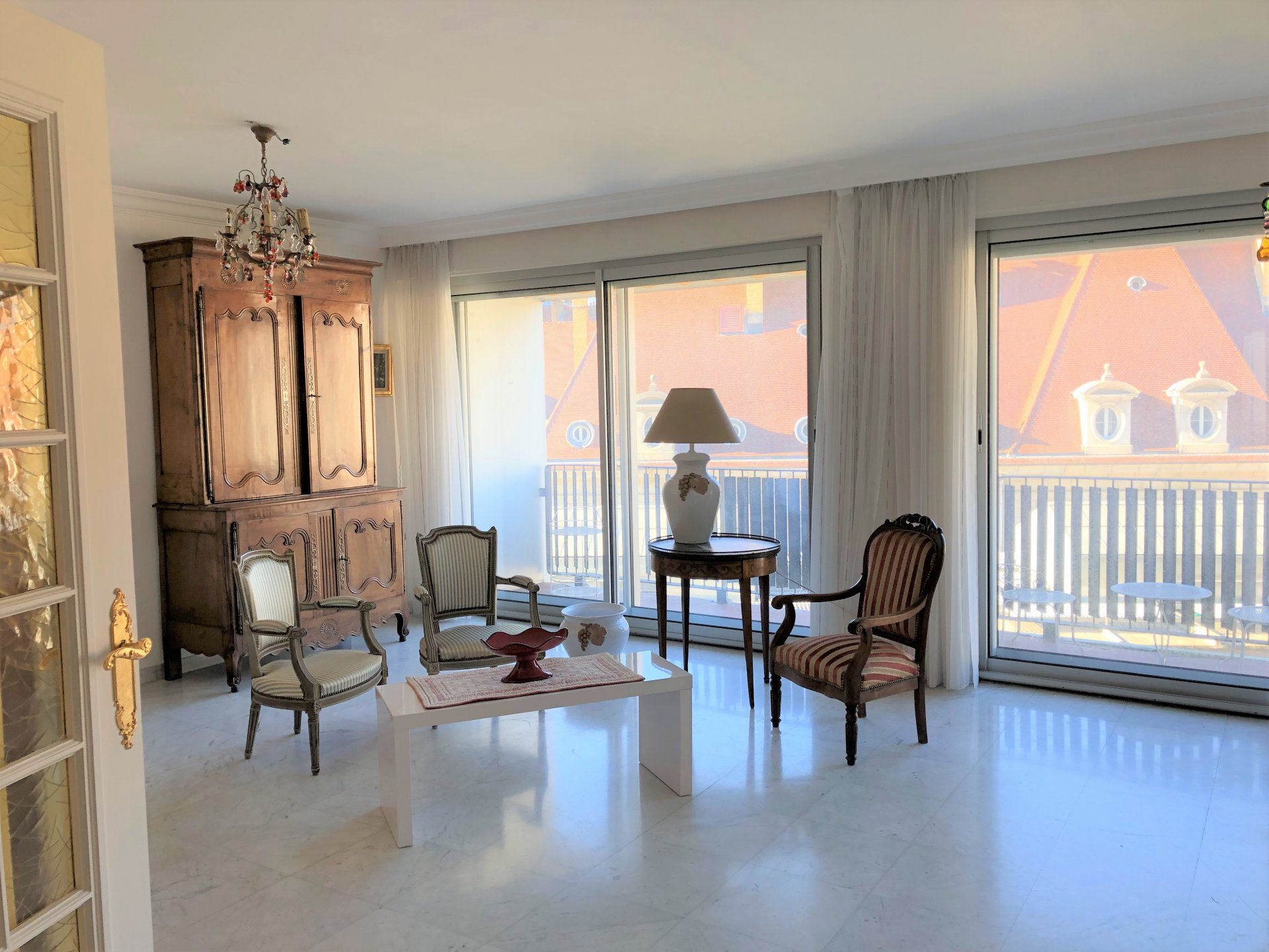 Séjour double de 33 m² lumineux et sur beau balcon