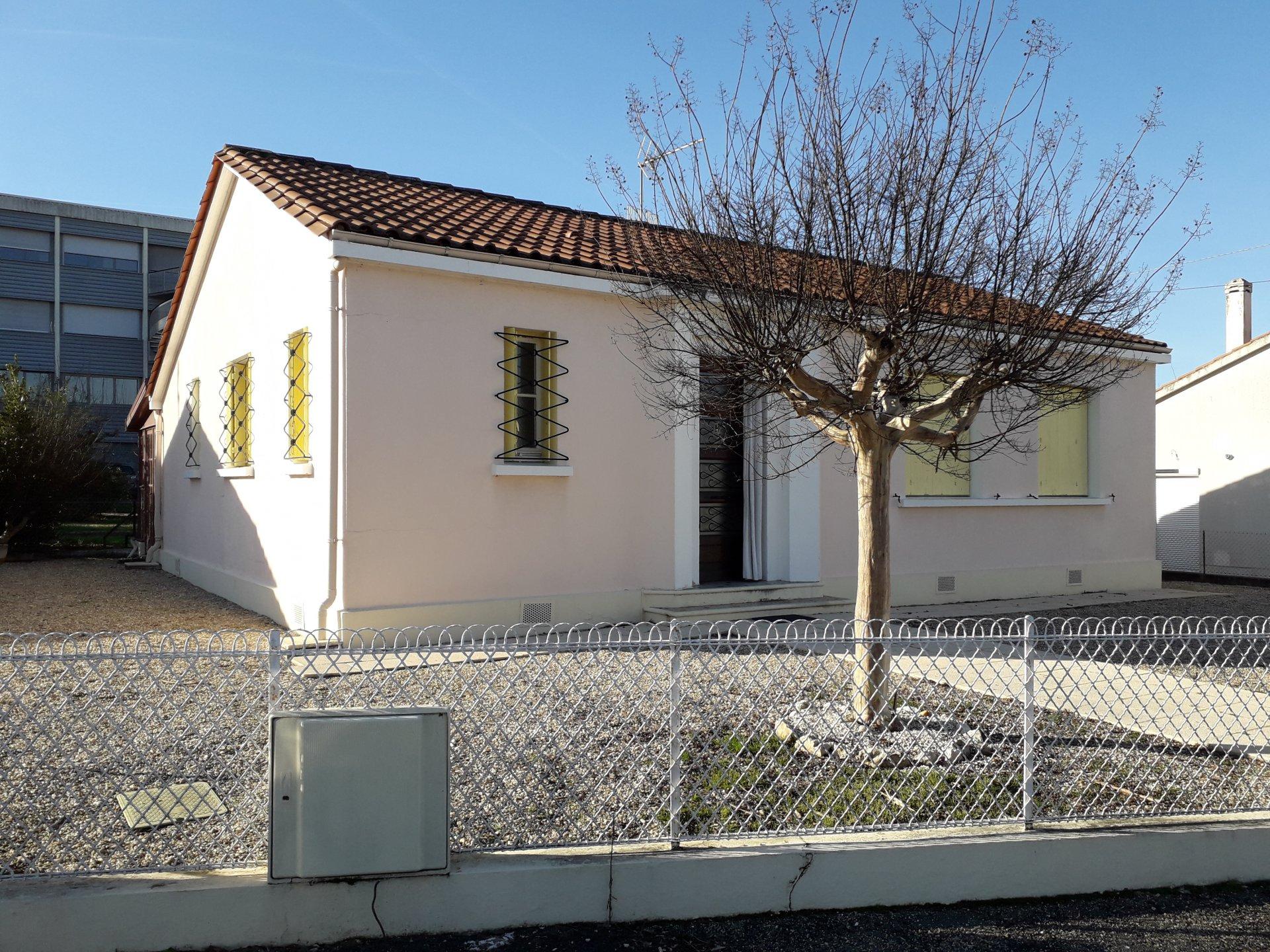 Maison de plain pied avec garage et jardin