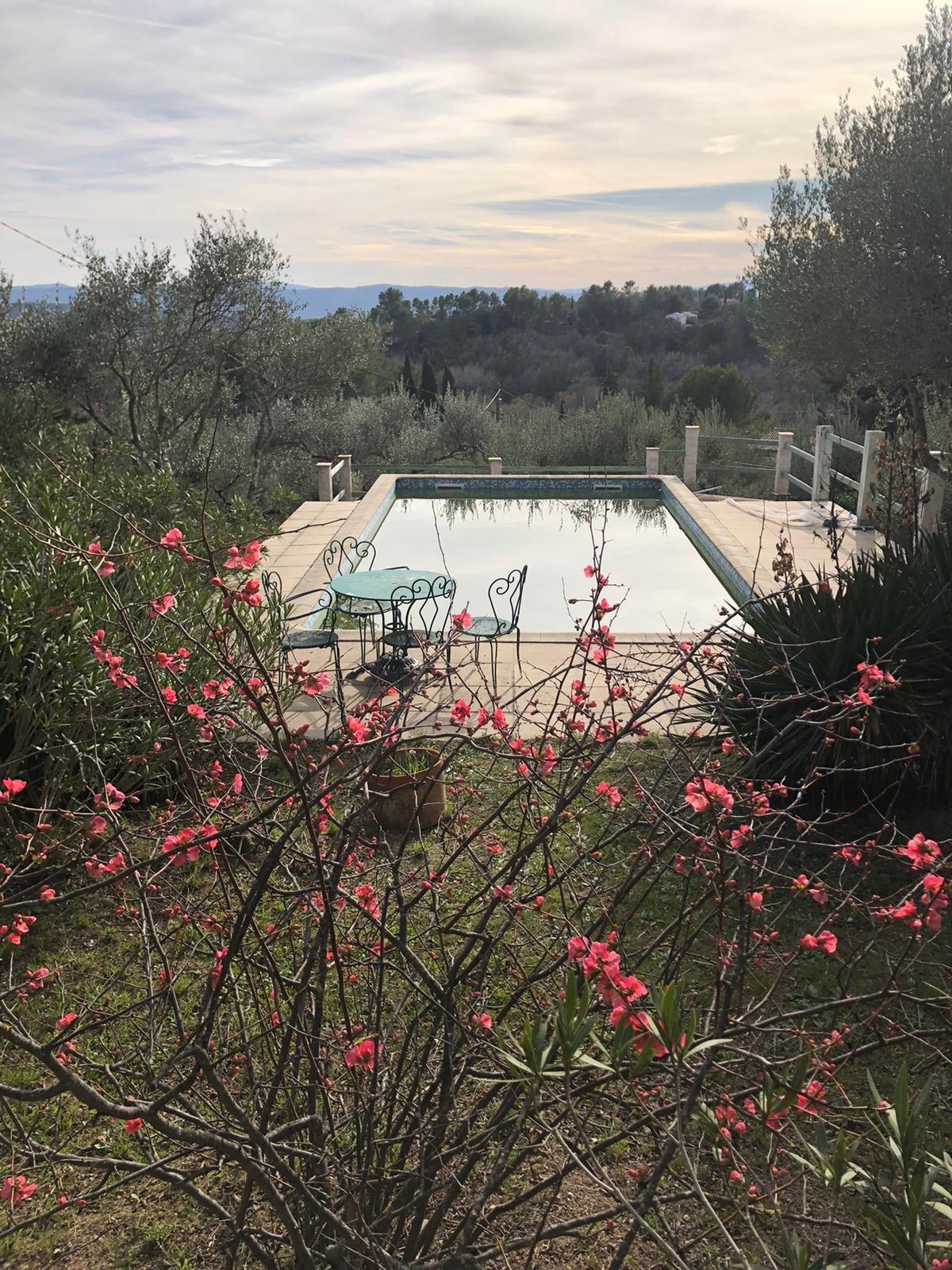 COTIGNAC Villa 4 chambres, terrain clôturé, piscine et vue dégagée. A 10 mins à pied du centre village