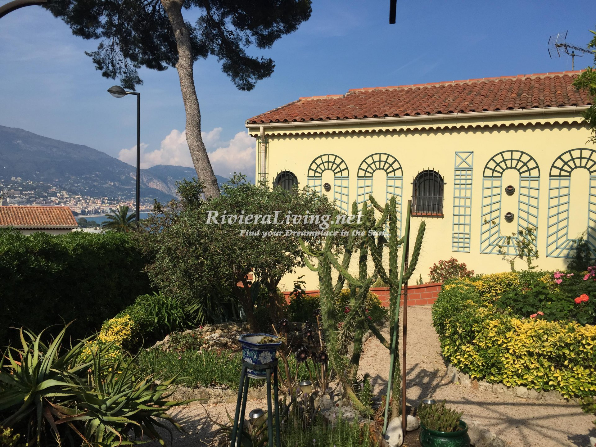 ROQUEBRUNE CAP MARTIN --- Beautiful villa on Cap Martin with sea view
