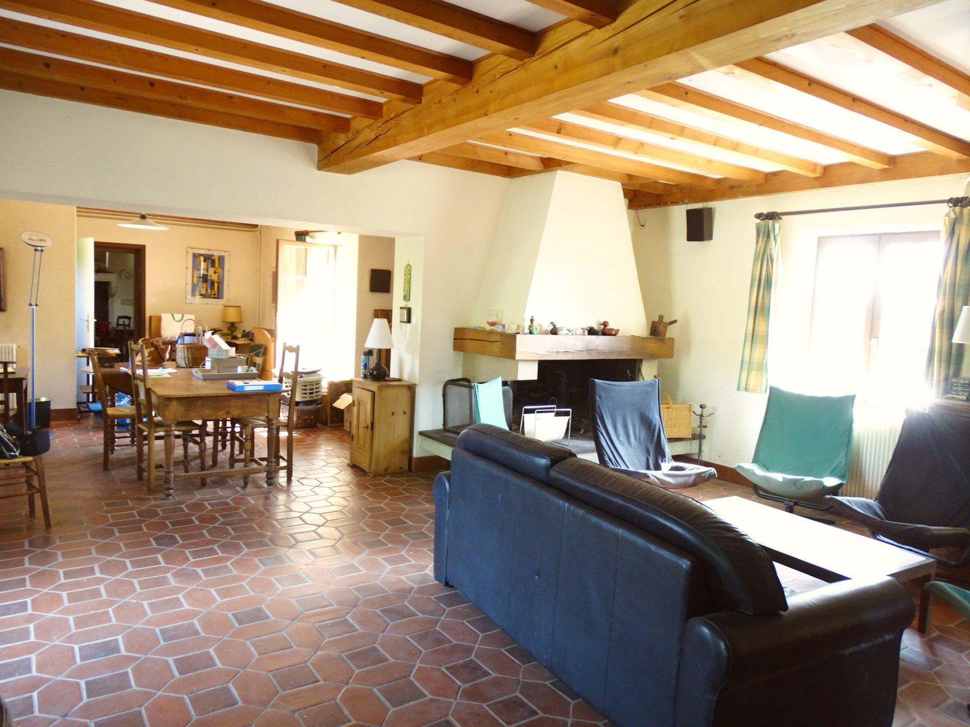 SOUS COMPROMIS DE VENTE Saint André d'huiriat, dans un cadre bucolique, venez découvrir cette ferme bressanne d'une surface de 210 m² habitable. Elle se compose au rez-de-chaussée d'une vaste pièce de vie, d'un espace salle à manger, d'une cuisine indépendante, d'une salle d'eau avec toilette. A l'étage, vous trouverez 5 chambres, un bureau ainsi qu'une salle de bains et un toilette. Bien que cette maison nécessite des travaux, un vrai potentiel s'offre à vous. Le tout est implanté sur un terrain de 7000 m² environ clos, arboré et sans vis à vis. Des dépendances complètent ce bien. Honoraire à la charge du vendeur.