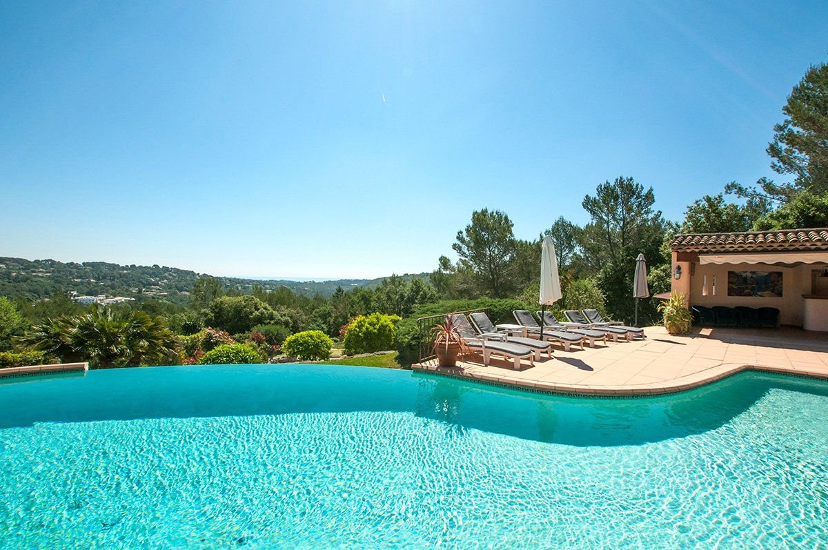 Beautiful Provencal panoramic view to the sea, tennis court.