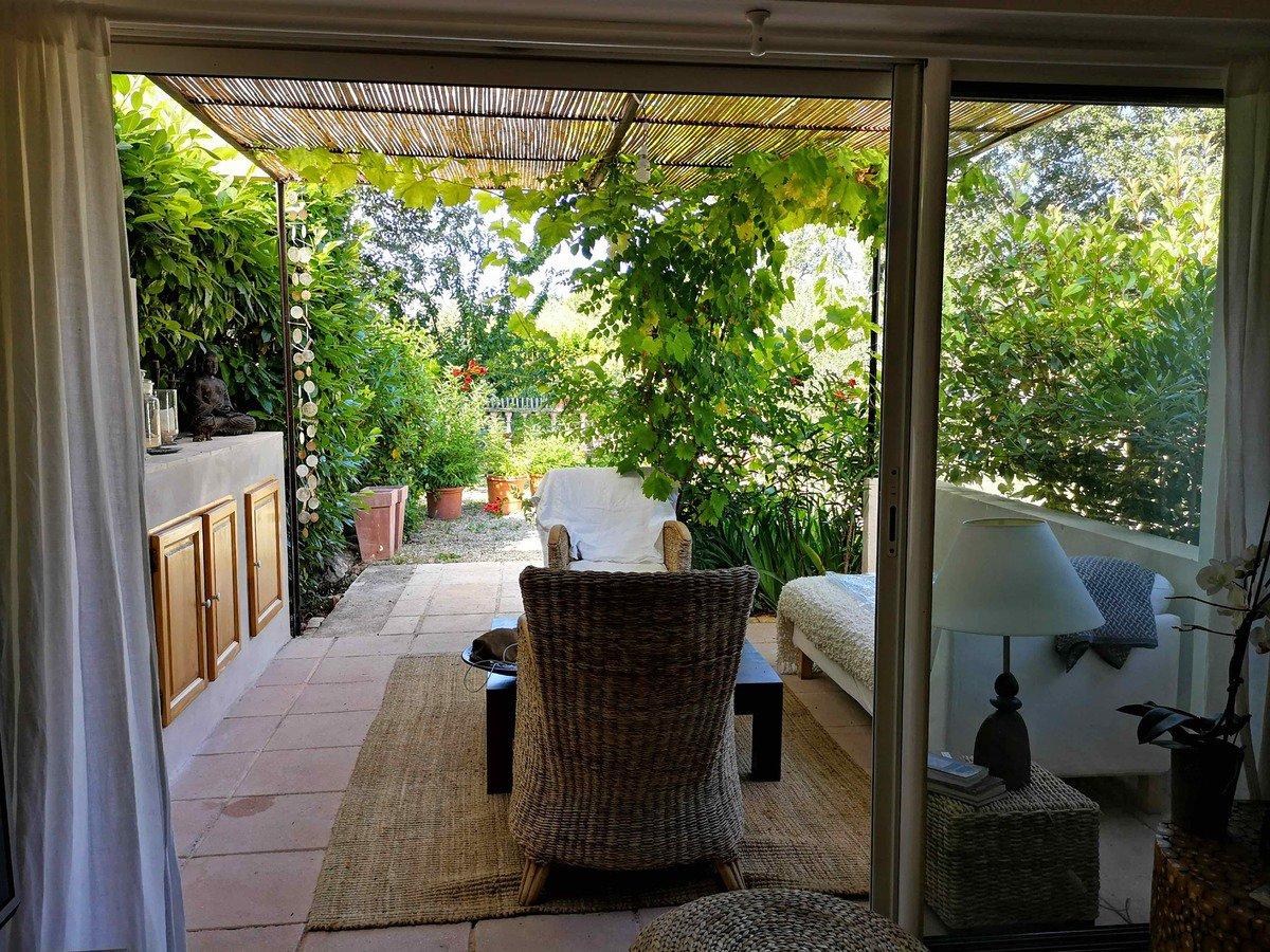 Villa de 160M2 au calme sur beau terrain arboré de 6500 M2 avec F2 indépendant composée d'une entrée sur séjour salon cheminée insert,cuisine équipée ouverte sur terrasse,mezzanine sur salon, 2 suites