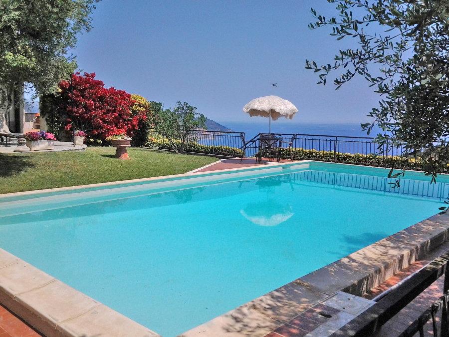 En villa på den vackra udden Capo Berta med underbar utikt över Dianobukten. Villan är på ca 270 kvm i boyta och är uppdelad i två bostäder på tre vån