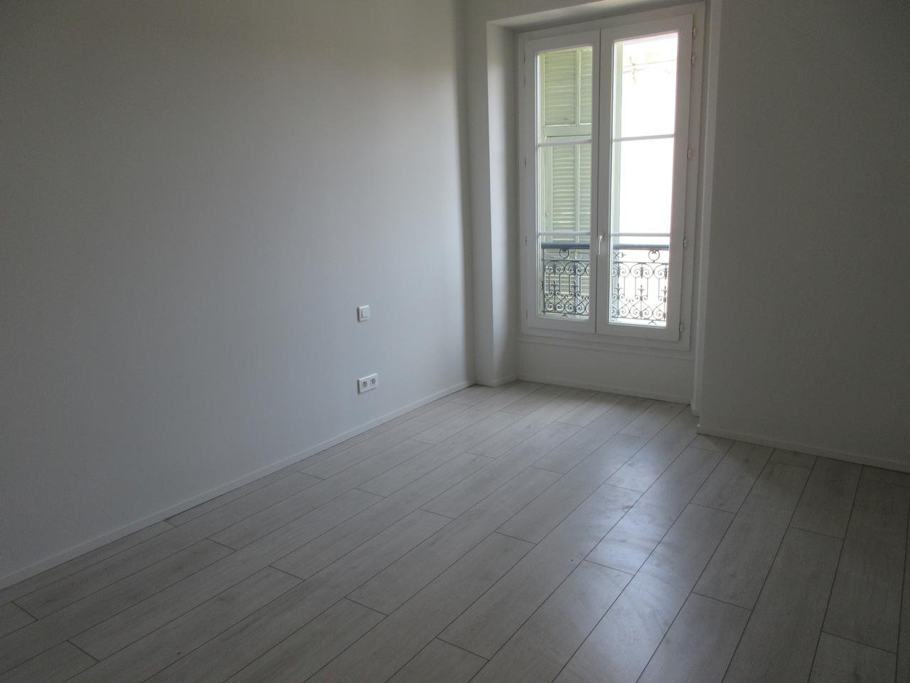 2 bedroom apartment in Bourgeois building in Carre d'Or