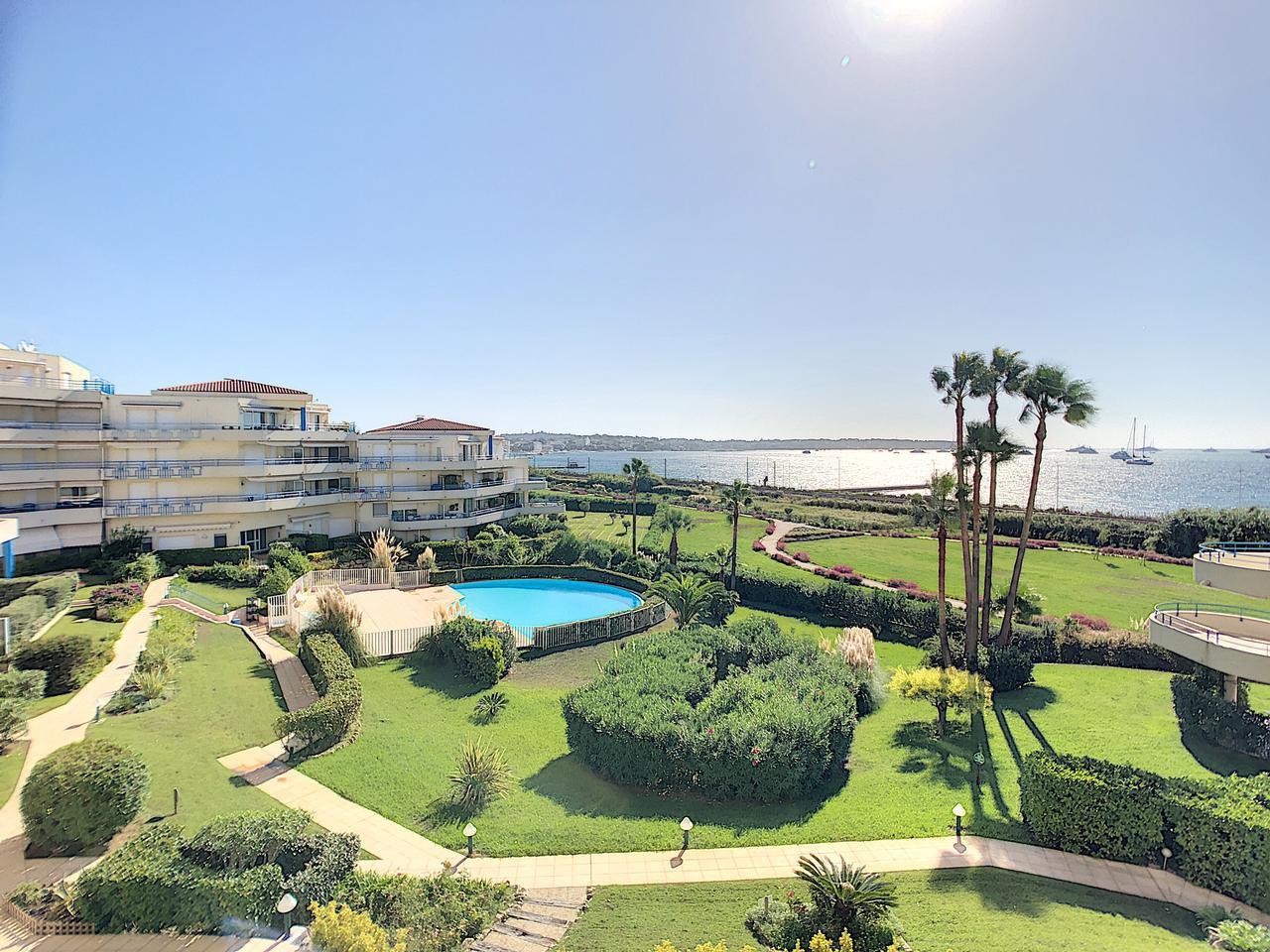 Lägenhet vid havet i Juan les Pins med pool i området och direktaccess till stranden. Närhet till allt. Parkering och förråd. Terrass & balkong 12 kvm