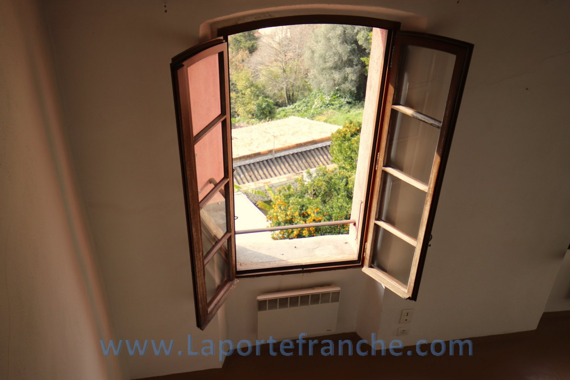 Medieval village of Haut de Cagnes, on the second and top floor of a large village house, apartment of 44 sqm.