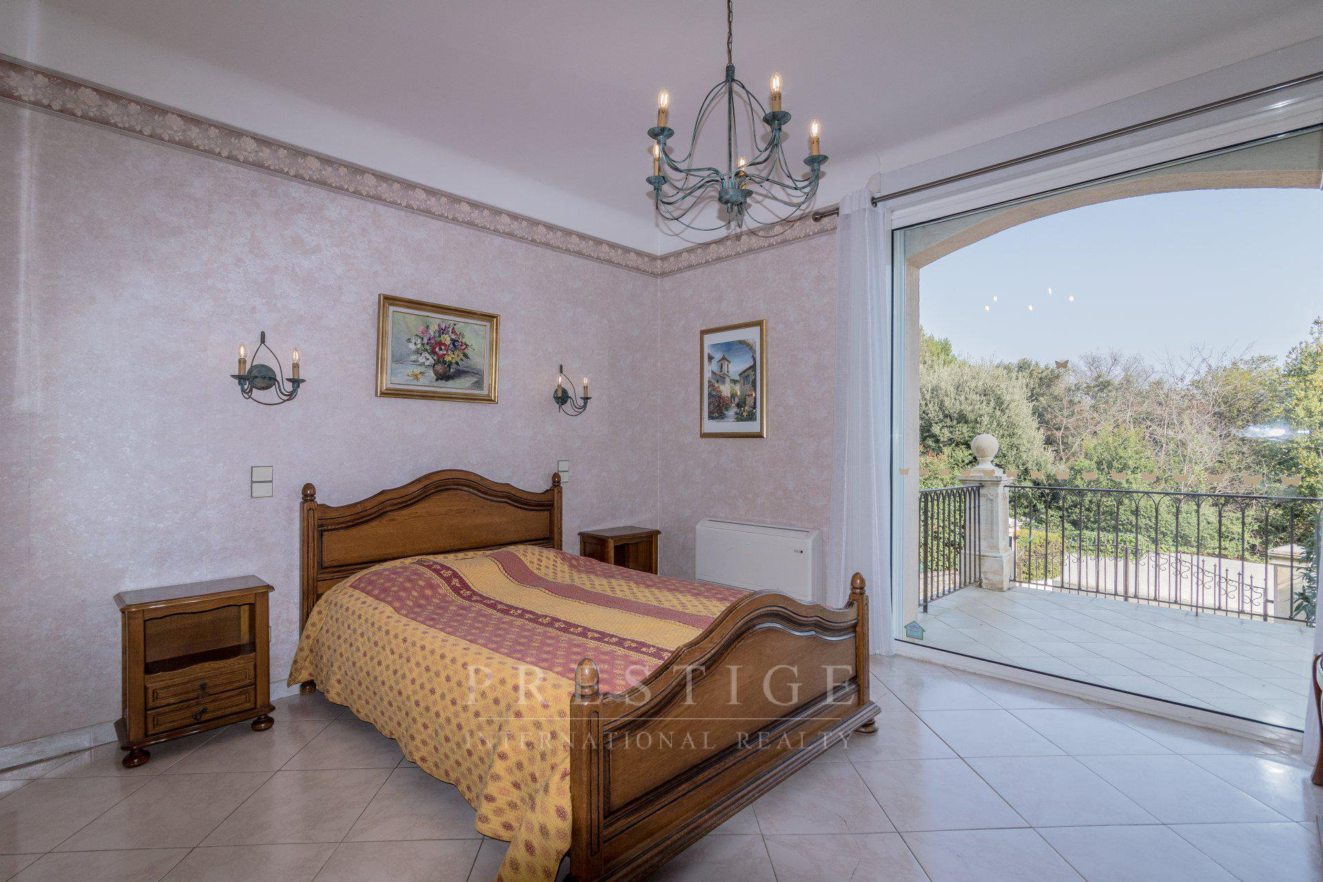 House 7 rooms 231 sqm with pool and garages, south of Grasse