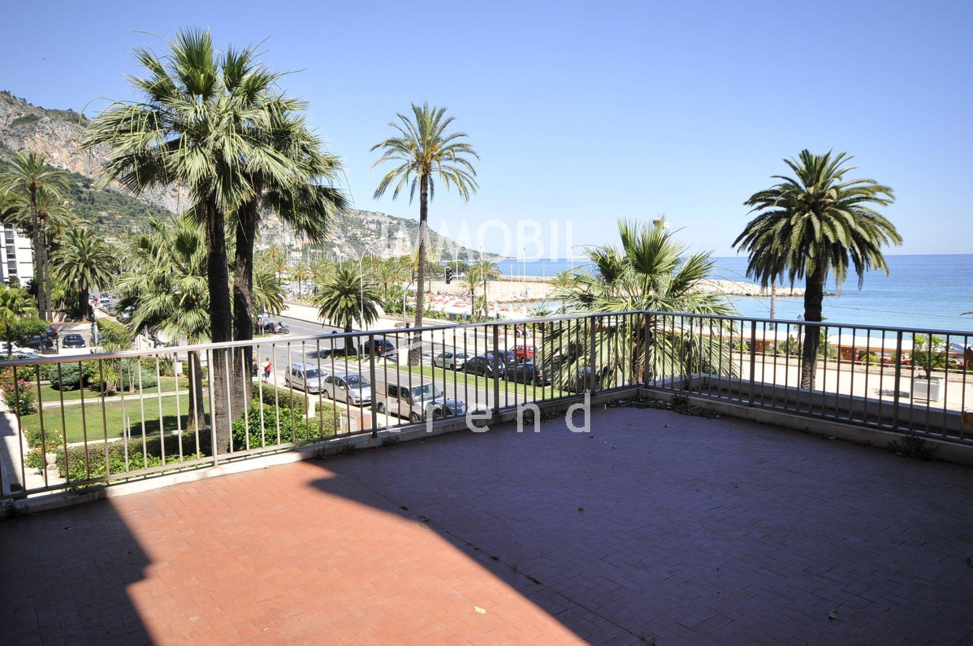 Real estate Menton - Two/three bedroom apartment with big terrace and panoramic view in a good standing seafront building