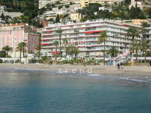 Immobilier Menton - Appartement trois/quatre pièces avec grande terrasse et vue panoramique dans un immeuble front de mer de standing