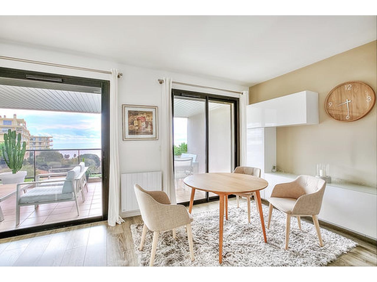 3 pièces à vendre ,Nice Corniche Bellevue, en vue mer.