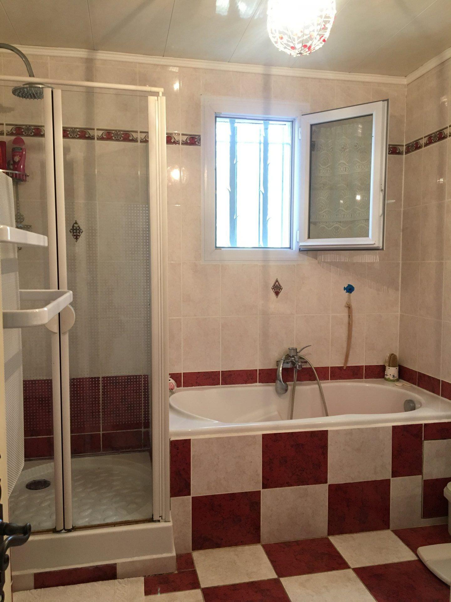 COTIGNAC Villa 135m² + appartement indépendant + studio. Jardin paysagée, piscine.